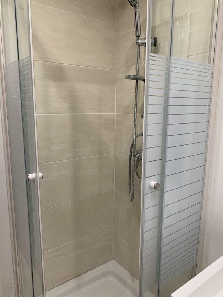 Après rénovation : salle de douche